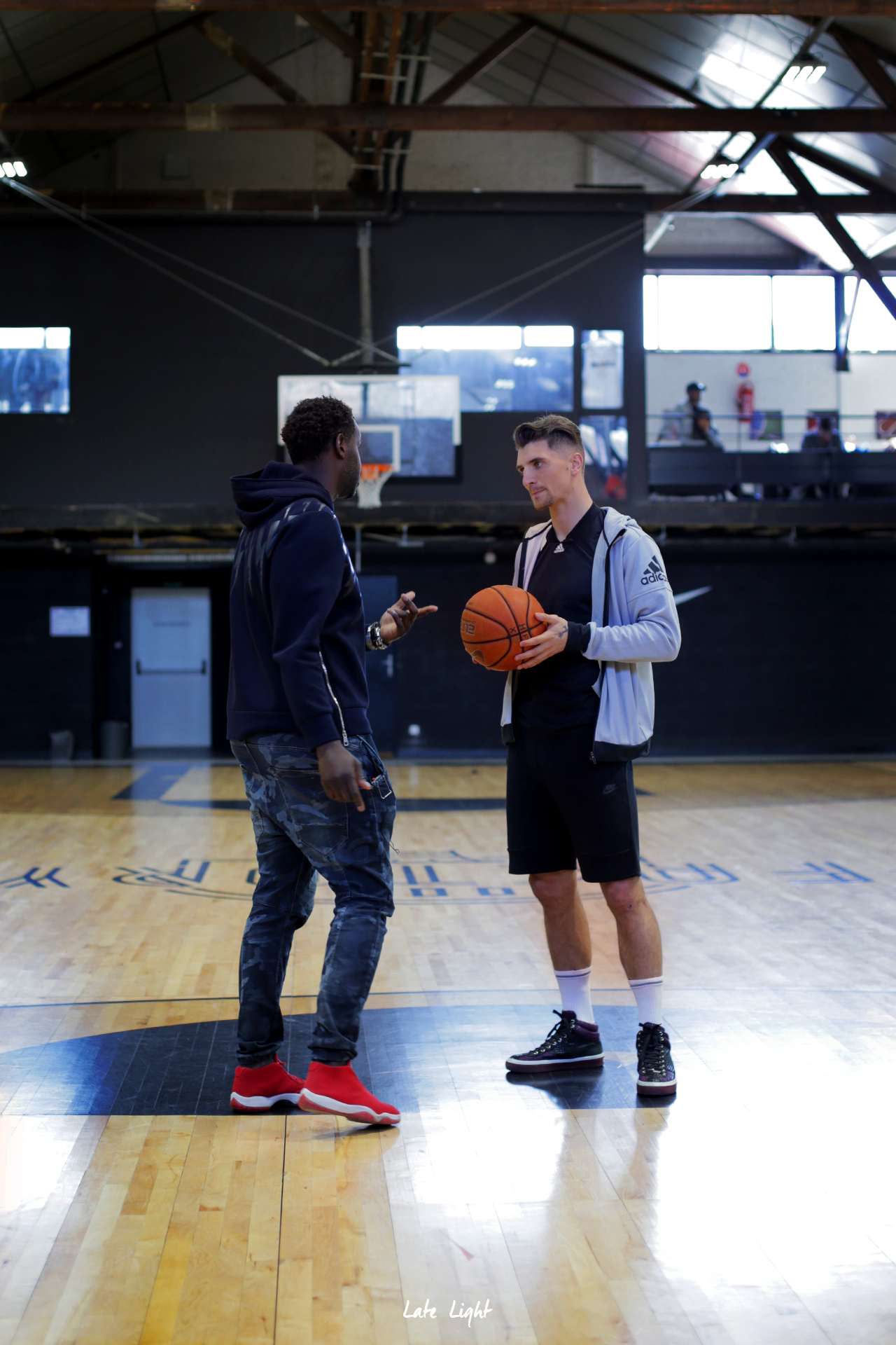 Thomas Meunier du PSG et Duke Tshomba de DUSE Magazine backstage au Hoops Factory Paris.